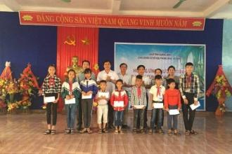 VQG Phong Nha – Kẻ Bàng: Thăm hỏi và tặng quà cho các em học sinh vùng biển khó khăn